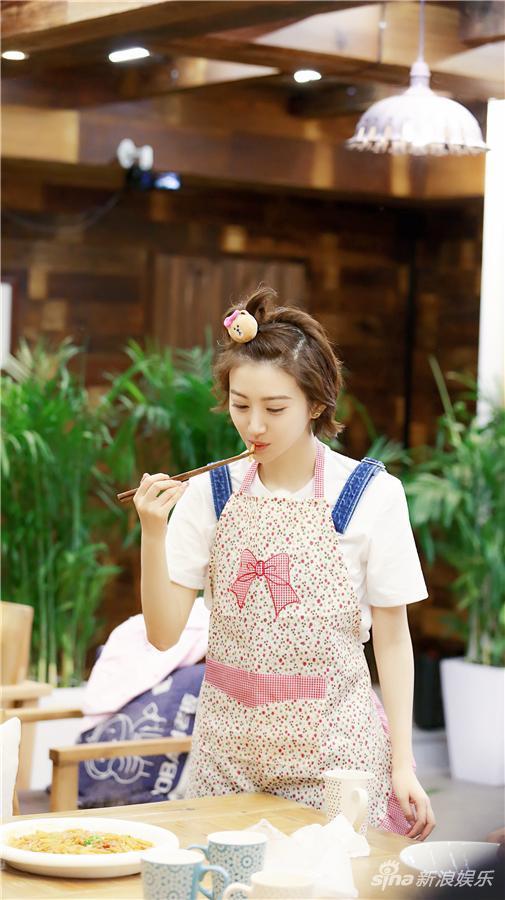 《青春旅社》中首秀厨艺 景甜现学现卖做陕西美食