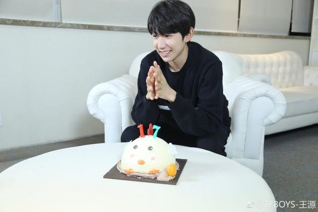 王源17岁生日大口吃蛋糕:感谢大家的陪伴和支持