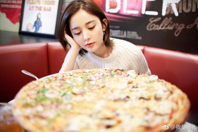 娜扎晒大披萨