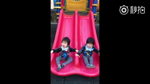 1岁时玩滑梯