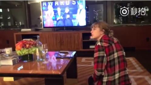 霉霉在家观看CMA颁奖礼 得知自己获奖后表情亮了