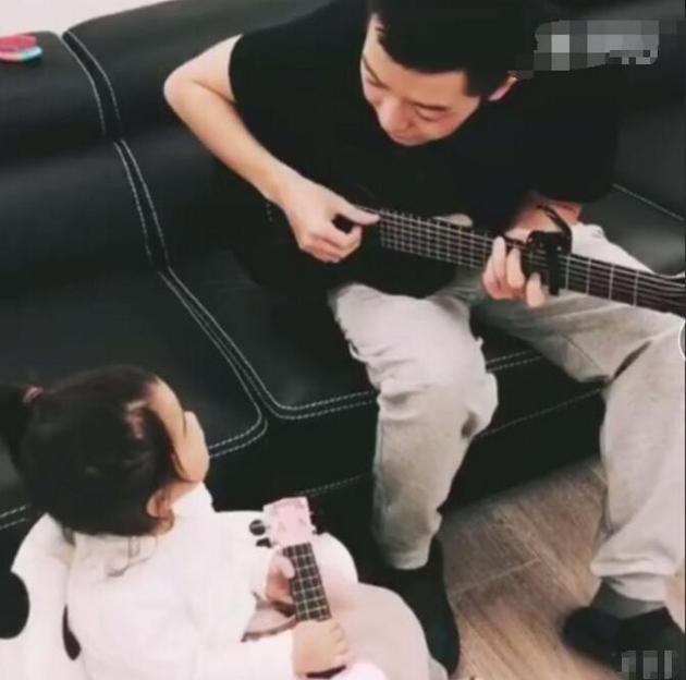 王栎鑫写歌庆女儿生日 父女对坐唱生日歌温馨有爱