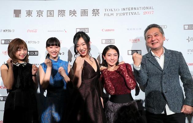 东京电影节《最低。》见面会,左1是原作者纱仓真奈