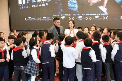 孩子們圍着最愛的演員導演互動