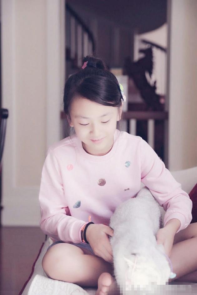 综艺 正文    新浪娱乐讯 今日粉丝晒出一组田亮[微博]女儿森碟的近照图片