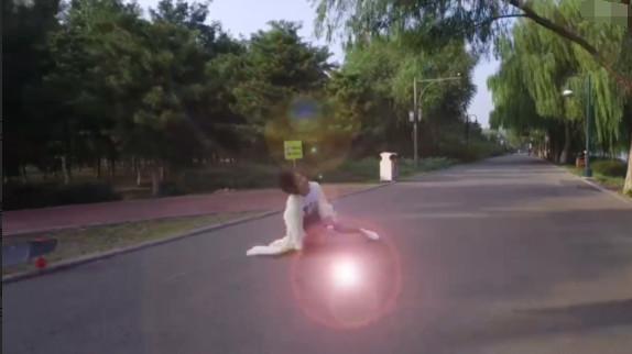王珞丹玩滑板摔倒视频截图
