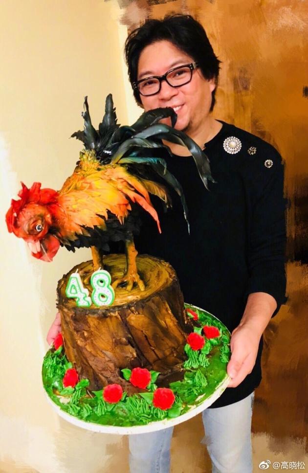高晓松晒生日蛋糕