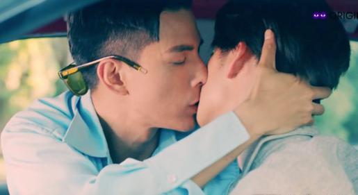 《深蓝与月光》林柏叡(左)在车上激吻王庭匀(右)