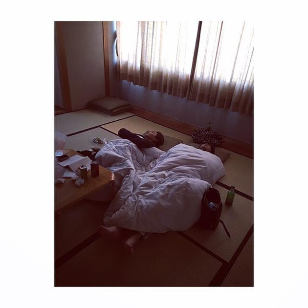 广濑丝丝在INS发的野村周平新田真剑佑一起睡的图