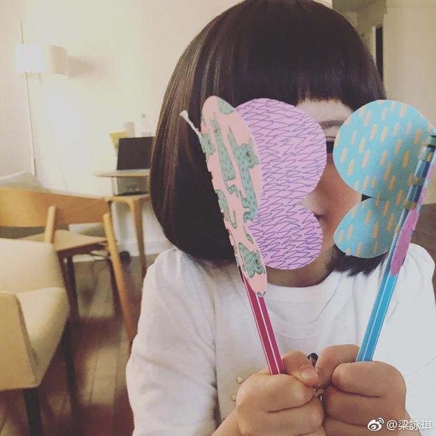 梁咏琪晒手工蝴蝶 女儿Sofia齐刘海可爱萌萌哒