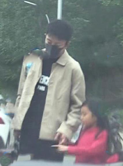贾乃亮接女儿甜馨放学