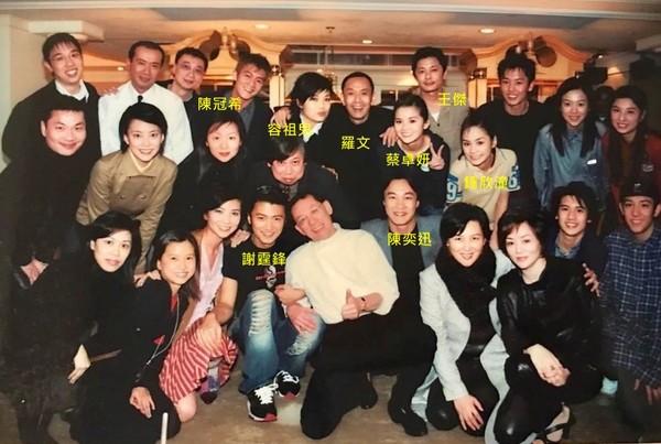 郑希怡晒出2001年英皇艺人合照
