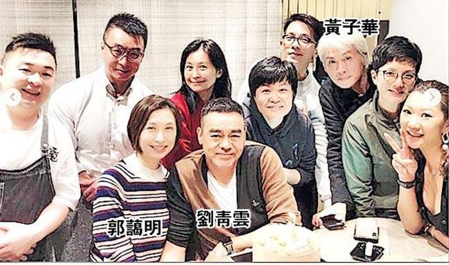 劉青雲跟太太郭藹明及一羣好朋友在日本餐廳慶祝生日。
