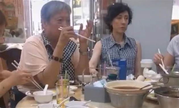洪金宝与爱妻高丽虹游泰国度春节