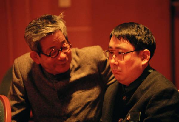 大江健三郎(左)与长子大江光