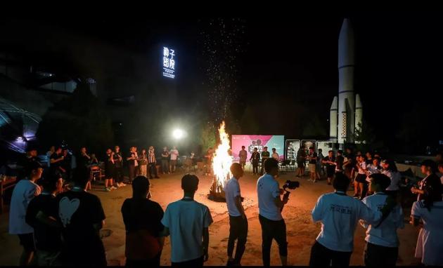 贾樟柯现身86358影人派对 点燃新生电影力量之火