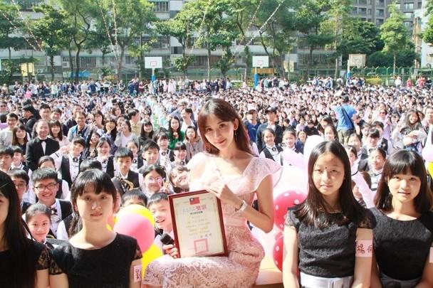 林志玲拿着奖状与一群小师妹师弟开心合照