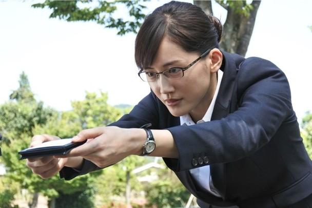 绫濑遥担任主角的《继母与女儿的蓝调》,同时扫行最佳日剧及剧本赏。