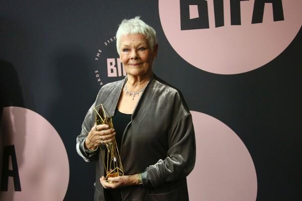 """M夫人""朱迪丝·奥莉薇亚(Judi Dench)获颁终身收获奖。"