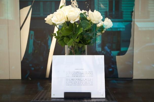 老佛爷主理品牌的店面已放出白玫瑰悼念