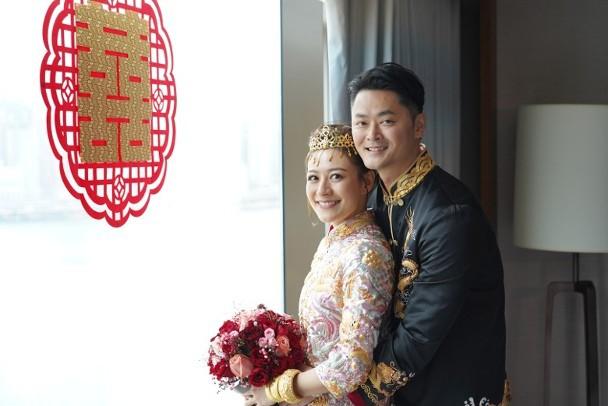 香港女艺人江若琳与萧润邦举走婚礼。