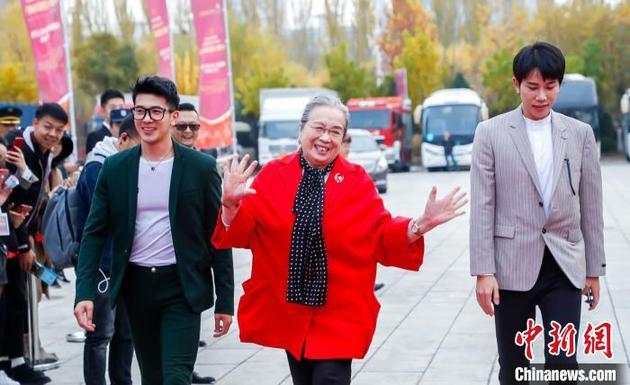 閉幕式前,演員李明啓(中間)亮相紅毯。 供圖 攝