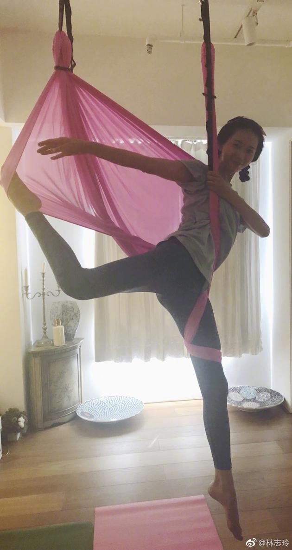 林志玲练高难度空中瑜珈 侧身一扭秀纤细大长腿