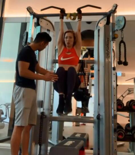 郑秀文为演唱会重返健身房 悬空高抬腿显臂部肌肉
