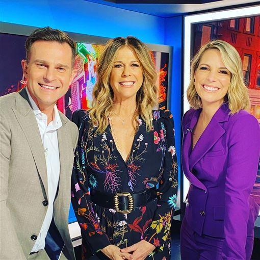 丽塔·威尔森在《Today Extra》中与主持人合影