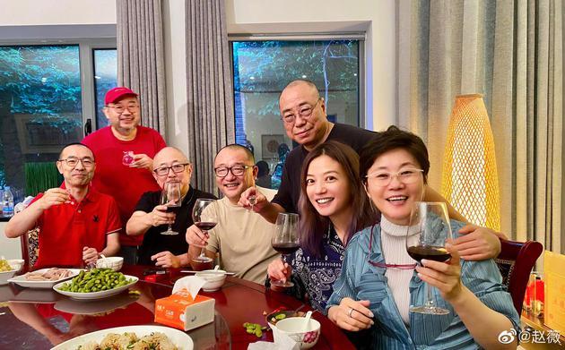 赵薇与李少红王小帅等导演聚餐 高举酒杯笑容灿烂