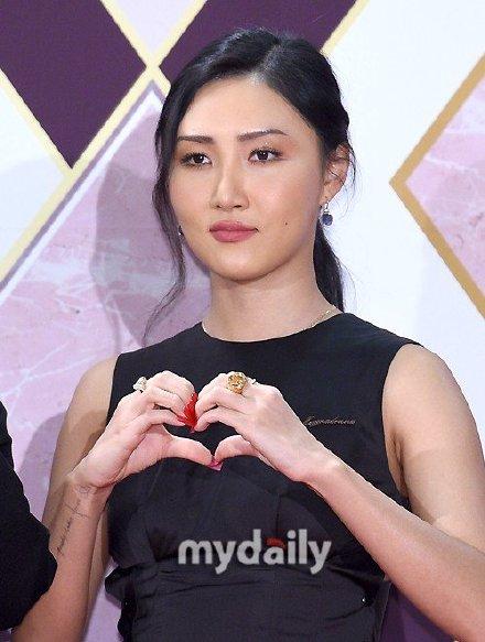 韩歌手华莎腰部受伤暂时停止活动 将不参加KCON