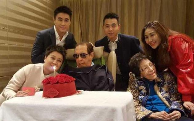 何鸿燊(前排左二)97岁生日,四房梁安琪(前排左一)一家和何鸿燊姐姐何婉鸿(右二)到养和医院为他贺寿。