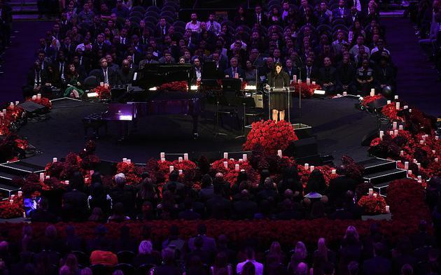 斯台普斯中心摆33643朵玫瑰 纪念科比生涯每一分