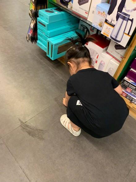 小小丹超市打翻泡泡机 学妈妈朱丹擦地很乖巧