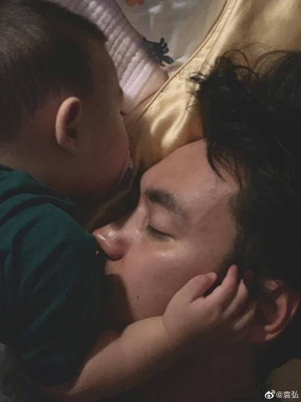 袁弘被儿子捧脸睡觉显温馨 感慨只待两天不舍分离