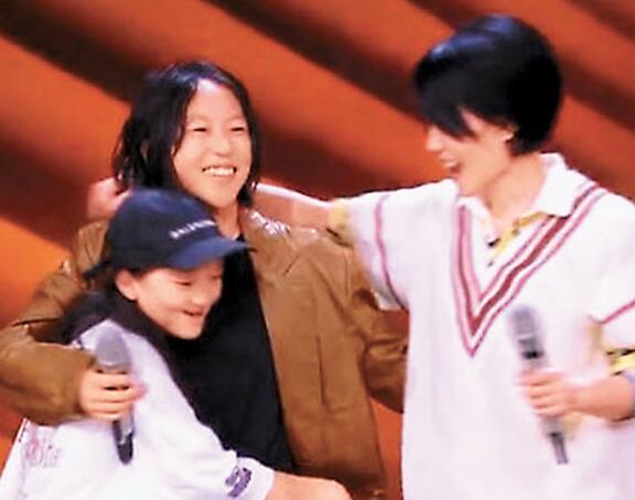 王菲与两位女儿罕有同台演出