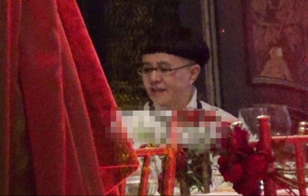 刘纯燕王宁和朱时茂等友人聚会 热聊不止感情好