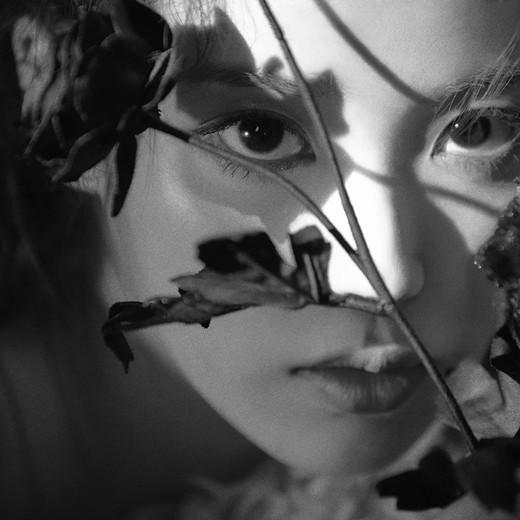 韩女歌手IU即将回归 公开新专辑黑白风预告照
