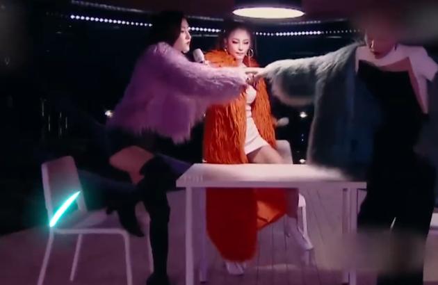 王丽坤穿皮草热舞魅力四射 幽默向踹翻的椅子道歉