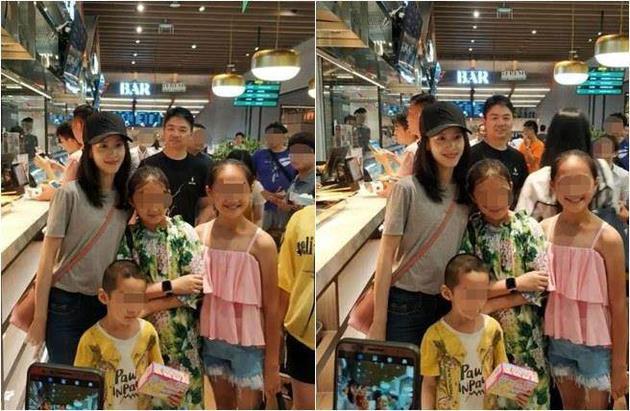 刘强东站在奶茶妹妹身后