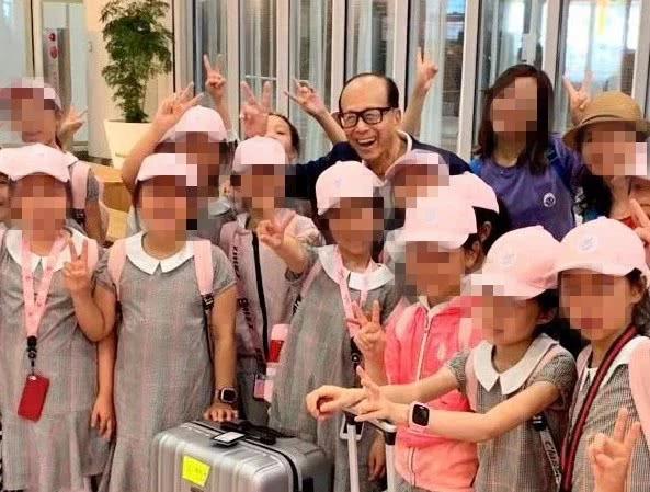李嘉诚机场偶遇一群孩子 相谈甚欢资助100万旅费