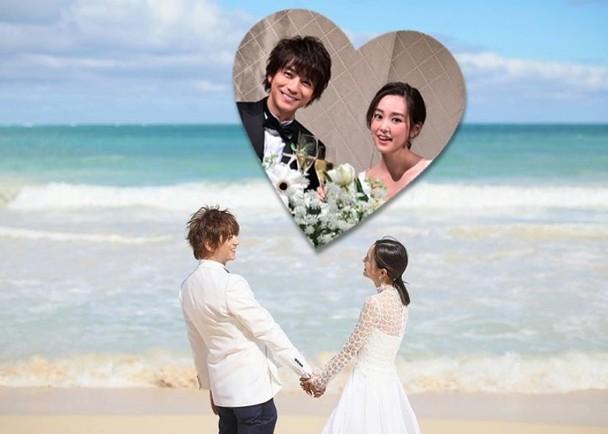 新婚的桐谷美玲与老公三浦翔平公开沙滩手拉手的甜美结婚照。