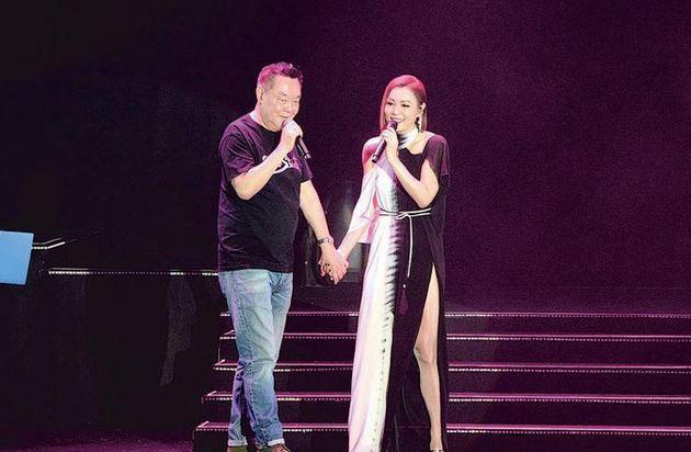 田蕊妮(右)與爸爸手牽手合唱。