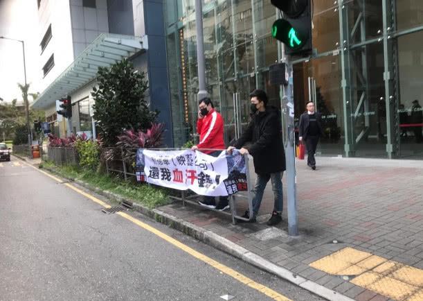 男子街头抗议