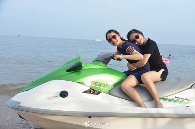 林妙可骑水上摩托