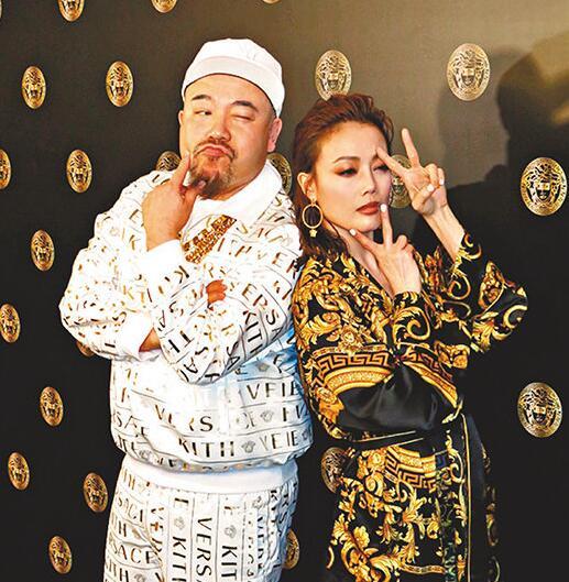 黄伟文与祖儿大摆搞笑POSE。
