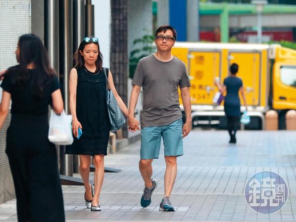 """去年6月,臺媒直擊哈林(右)跟懷孕的張嘉欣(左)現身前一個家,建案叫""""一品大廈"""",價值也超高,且該處名人住戶不少,如連戰。"""
