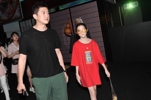 李亚鹏带女儿李嫣看展览