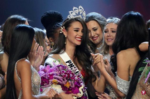24岁的菲律宾小姐卡托丽娜⋅格雷夺得2018年环球小姐的桂冠。(联合早报)