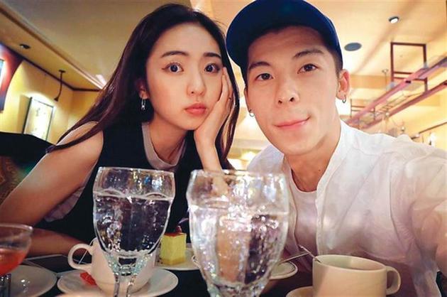 简婕与许光汉过去在2017年分手,但女方却一直没有删掉两人情侣合影。